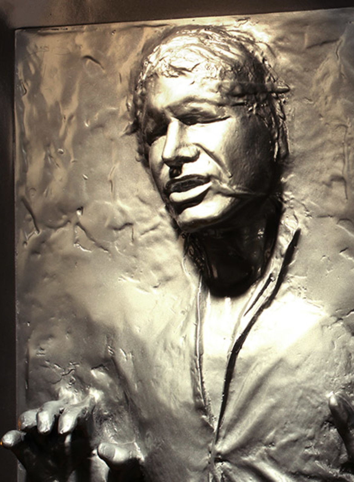 star-wars-han-solo-in-carbonite-life-size-figure-feature-400304-1.jpg