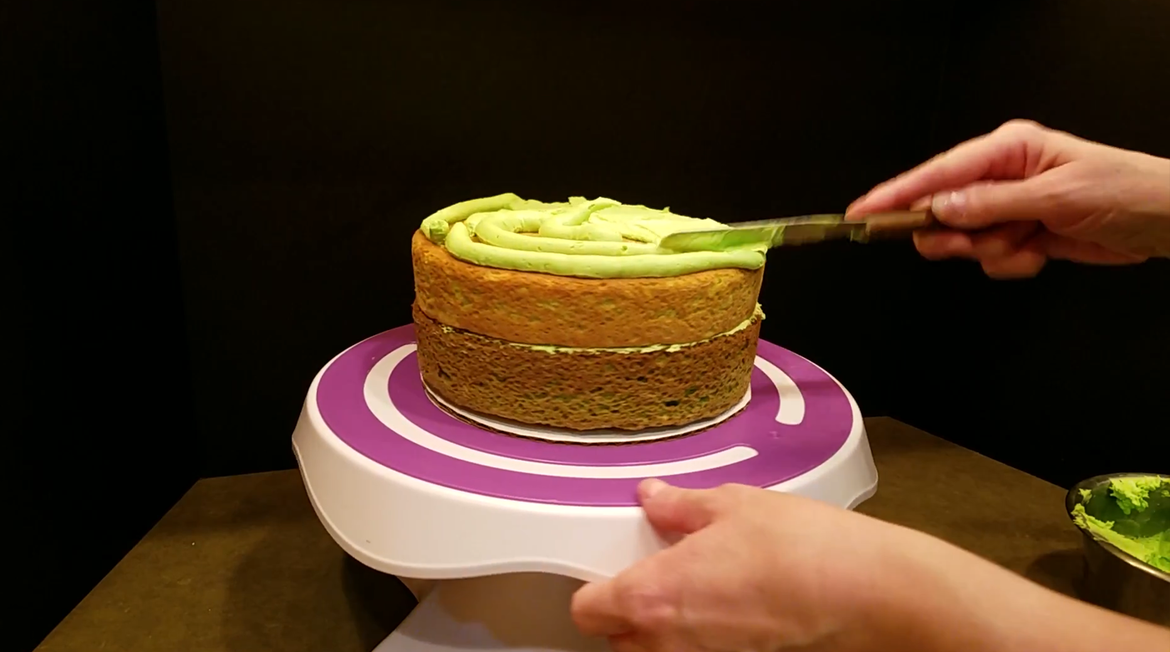 adding_buttercream_layer.png