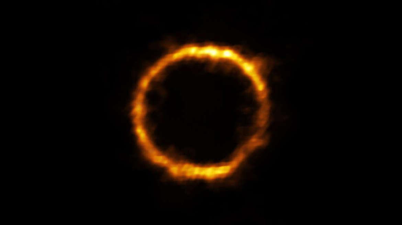 L'immagine ALMA della galassia molto lontana SPT0418, distorta in un anello a causa della gravità di una galassia interposta. Credito: ALMA (ESO / NAOJ / NRAO), Rizzo et al.