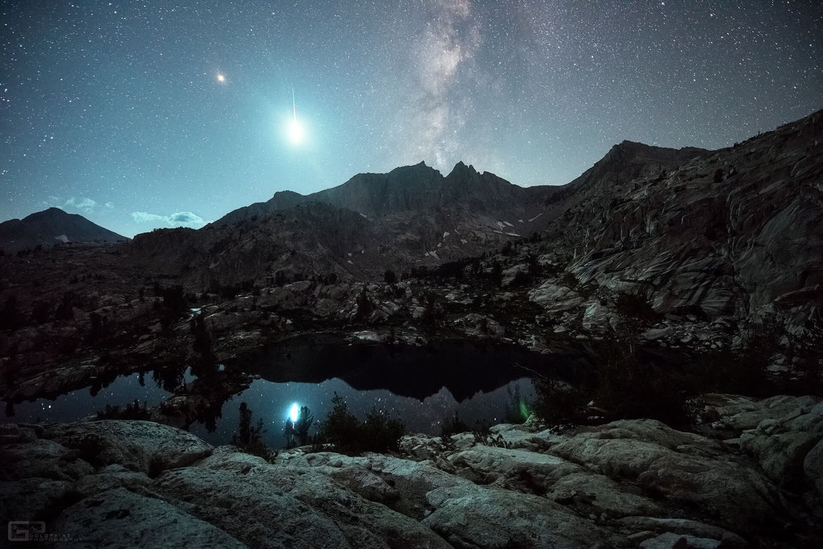 A possible Alpha Capricornid fireball lights up the sky over the Sierra Nevada mountains in this photo taken by Brad Goldpaint. Credit: Brad Goldpaint