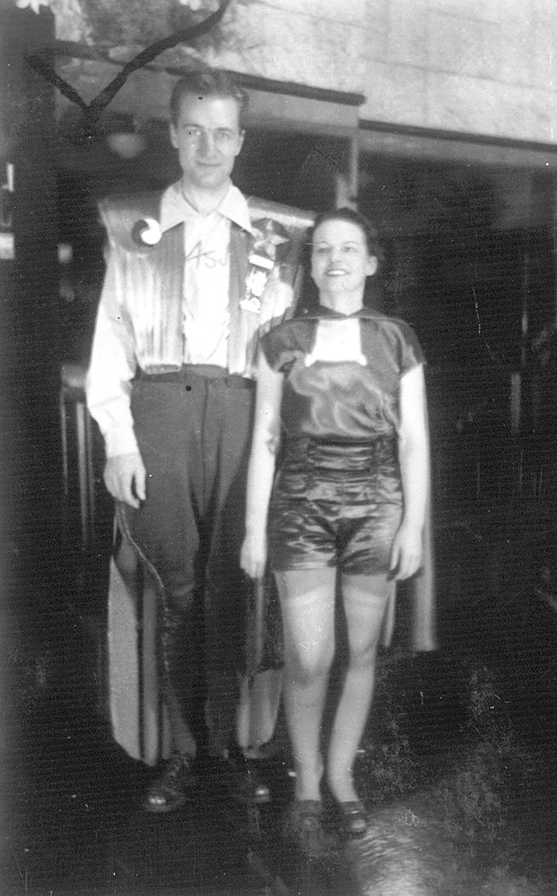 cosplay_forrest_j_ackerman_and_myrtle_r._douglas_first_world_sf_con_nycon_july_2-4_1939._photo_by_charles_d._horning_from_the_collection_of_john_l._coker_iii.jpg