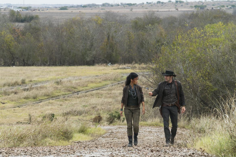 Fear the Walking Dead episode 403 - Luciana and John walking