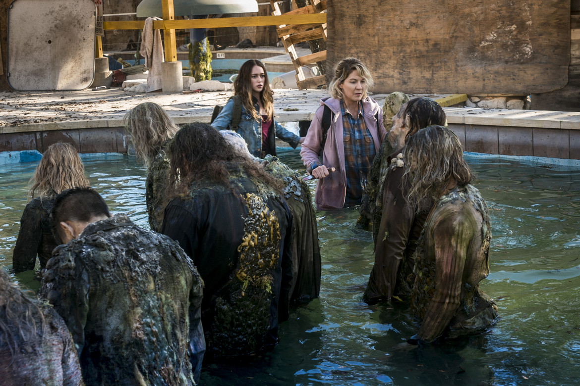Fear the Walking Dead episode 404 - Alicia and Naomi in a pool of zombies