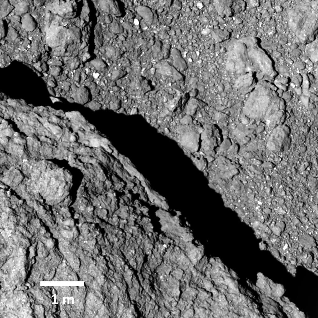 An image of the surface of the asteroid Ryugu taken by Hayabusa-2 when it was 64 meters from the surface. The scale bar is one meter long.