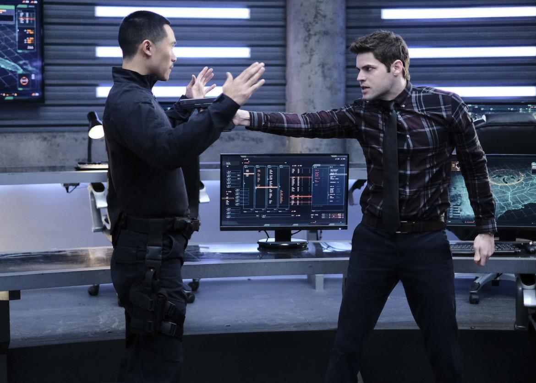 Supergirl episode 315 - Winn points gun at Agent Demos