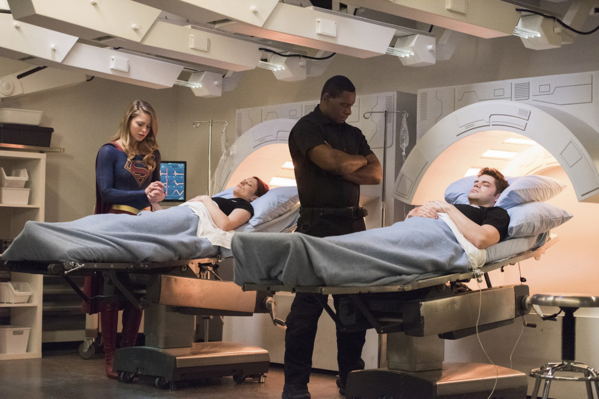 Supergirl episode 316 - Supergirl and J'onn looking over Alex and Winn