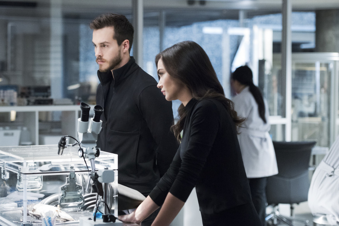 Supergirl episode 316 - Mon-El and Imra in the lab