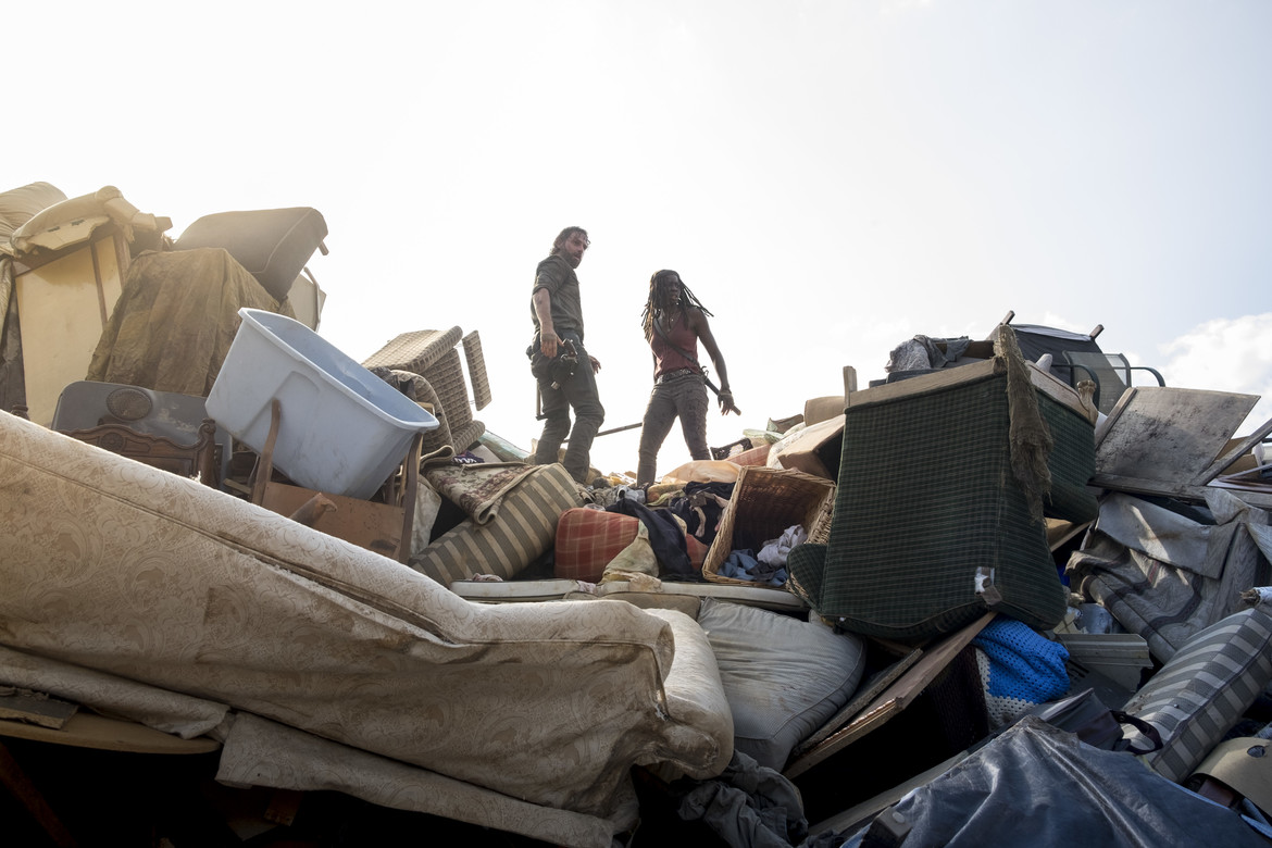 The Walking Dead episode 810 - Rick and Michonne atop garbage pile