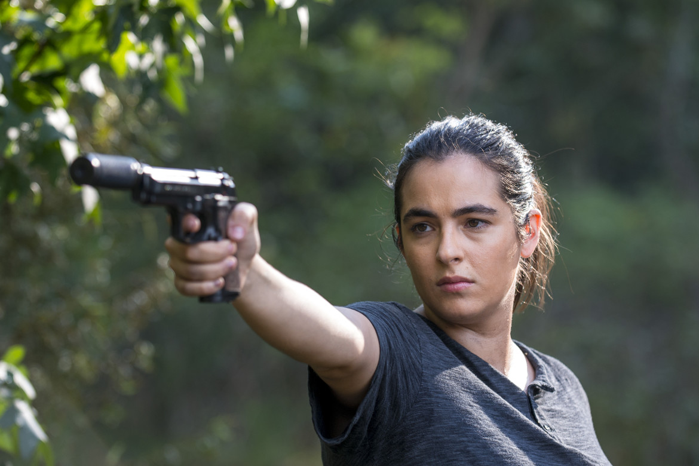 The Walking Dead episode 811 - Tara pointing gun