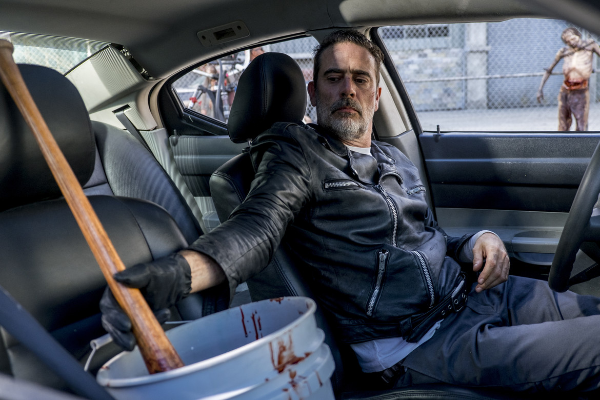 The Walking Dead episode 812 - Negan dipping Lucille in zombie gore
