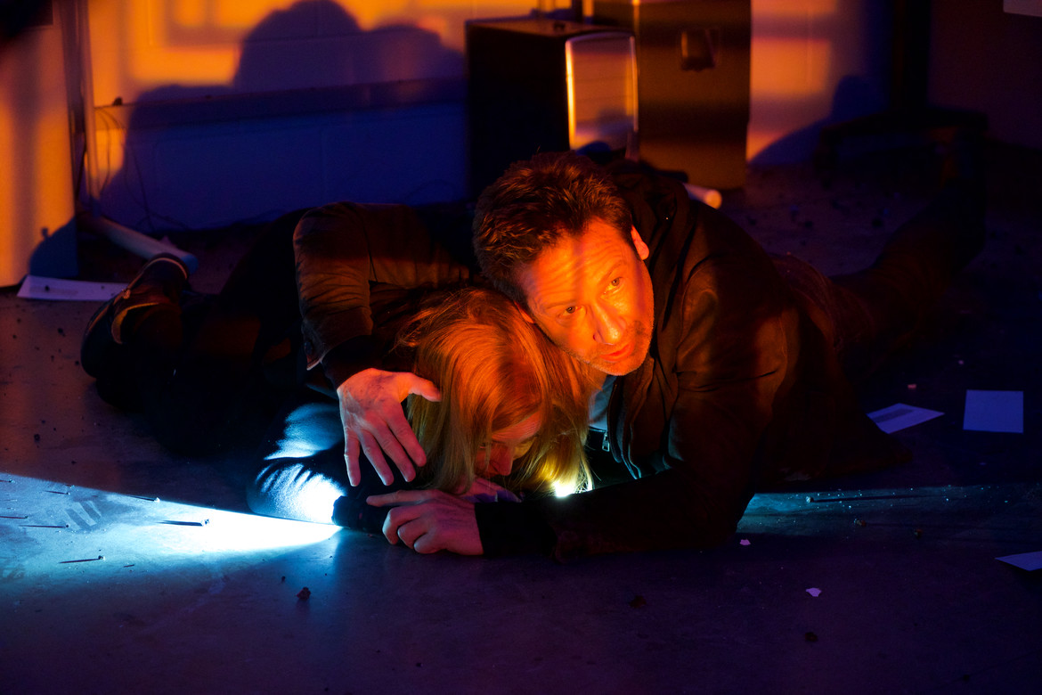 X-Files episode 1107 - Mulder protects Scully