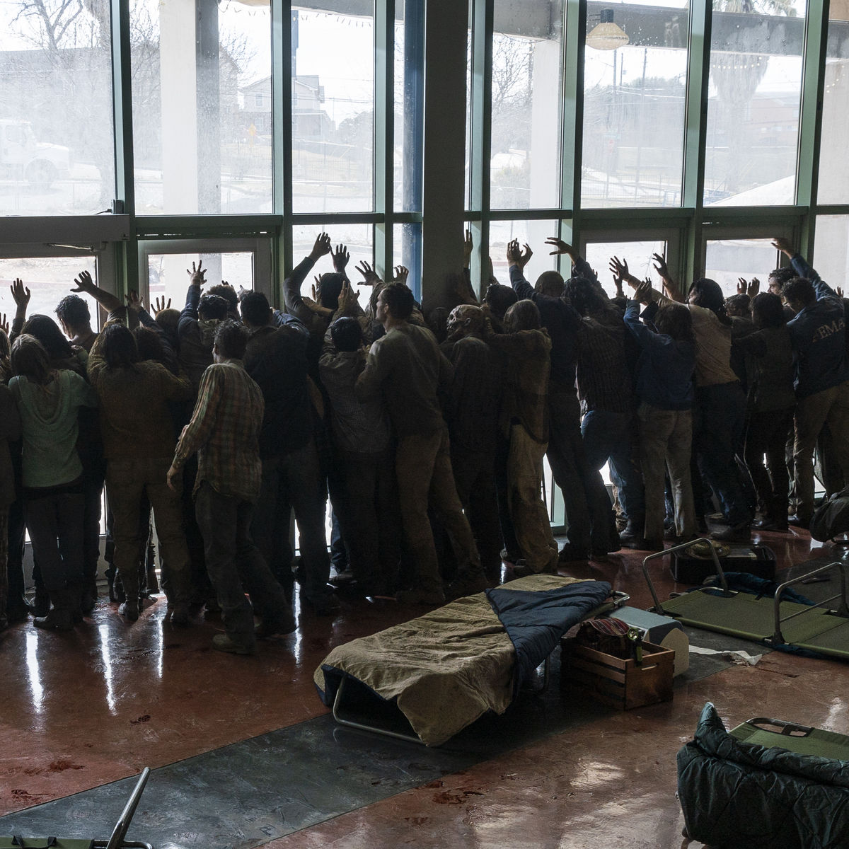 Fear the Walking Dead episode 406 - horde of zombies