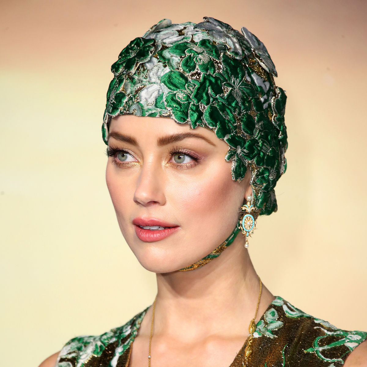 look of the week amber heard makes a splash at the aquaman premiere