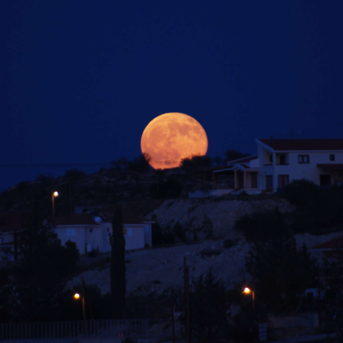 The rising full Moon appears to loom hugely when on the horizon. But it's all in your head. Credit: George Groutas