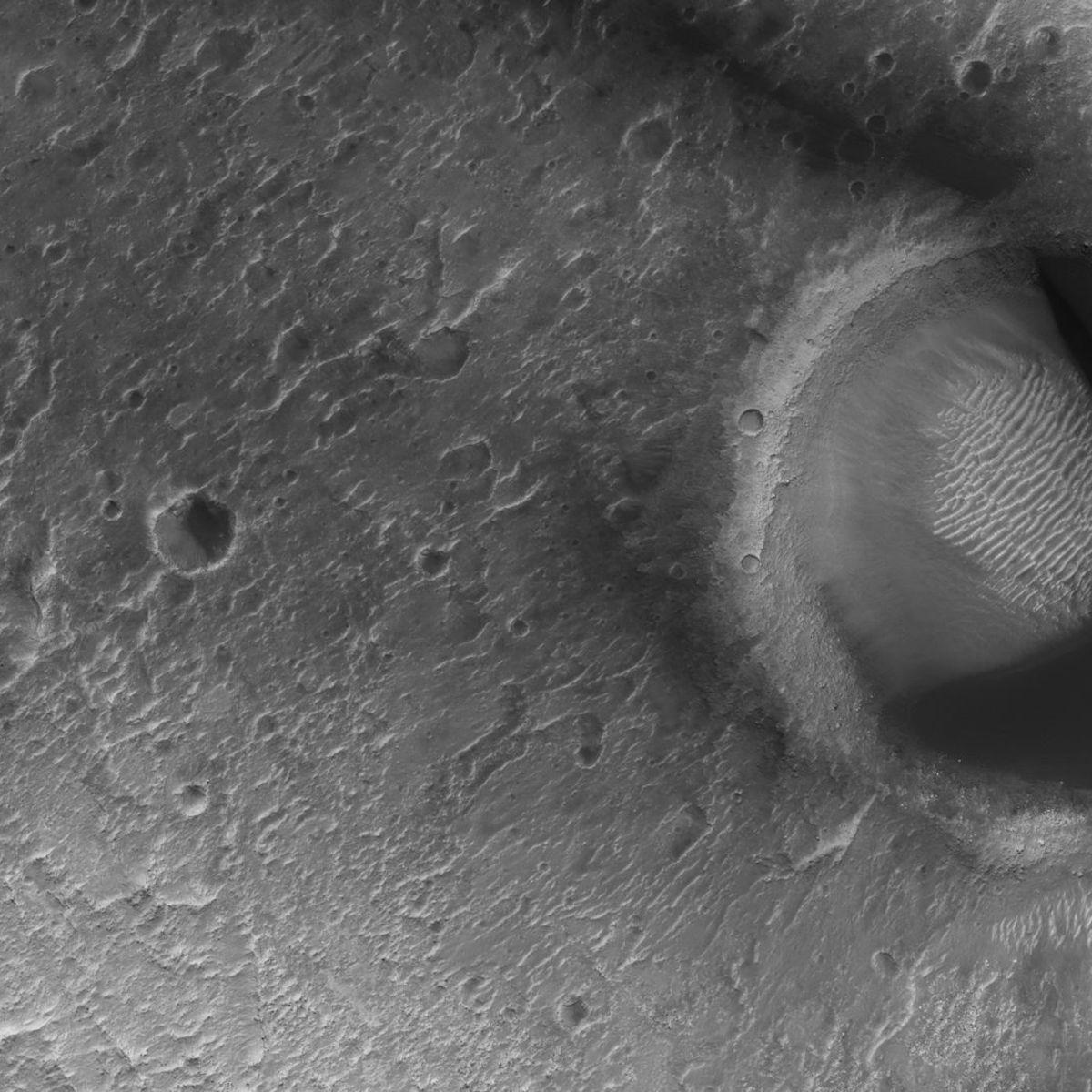 hirise_paA sand-filled dune on Mars looks more than a little bit like Pac-Man. Credit: NASA/JPL/University of Arizonacmandune_hero