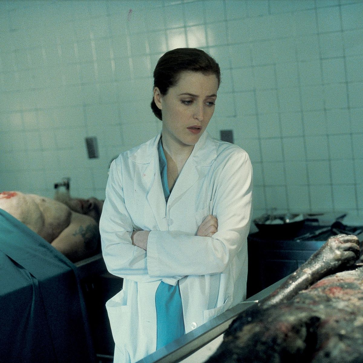The X-Files episode Leonard Betts - Scully staring at corpse