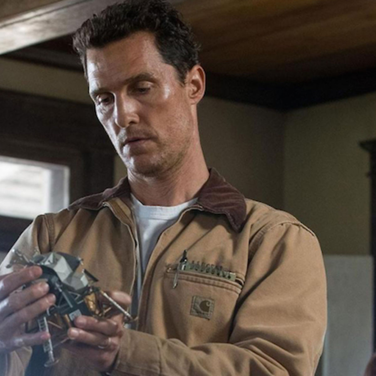 Interstellar-McConaughey-holding-model-spacecraft.jpg