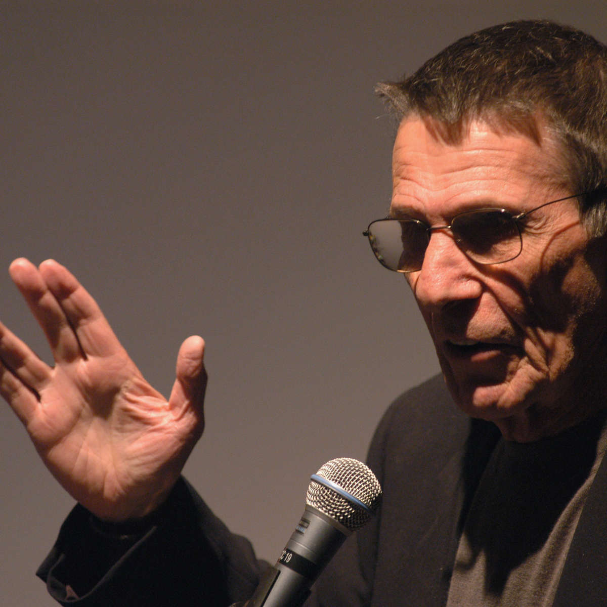 1432439-actor-leonard-nimoy-does-the-vulcan-salute-as-he-presents.jpg