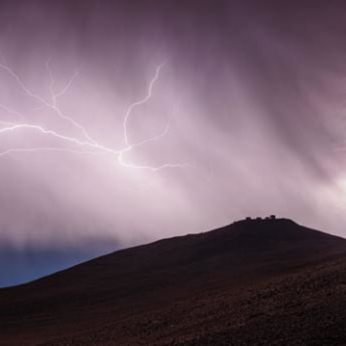 paranal_lightning.jpg.CROP.rectangle-large_0.jpg