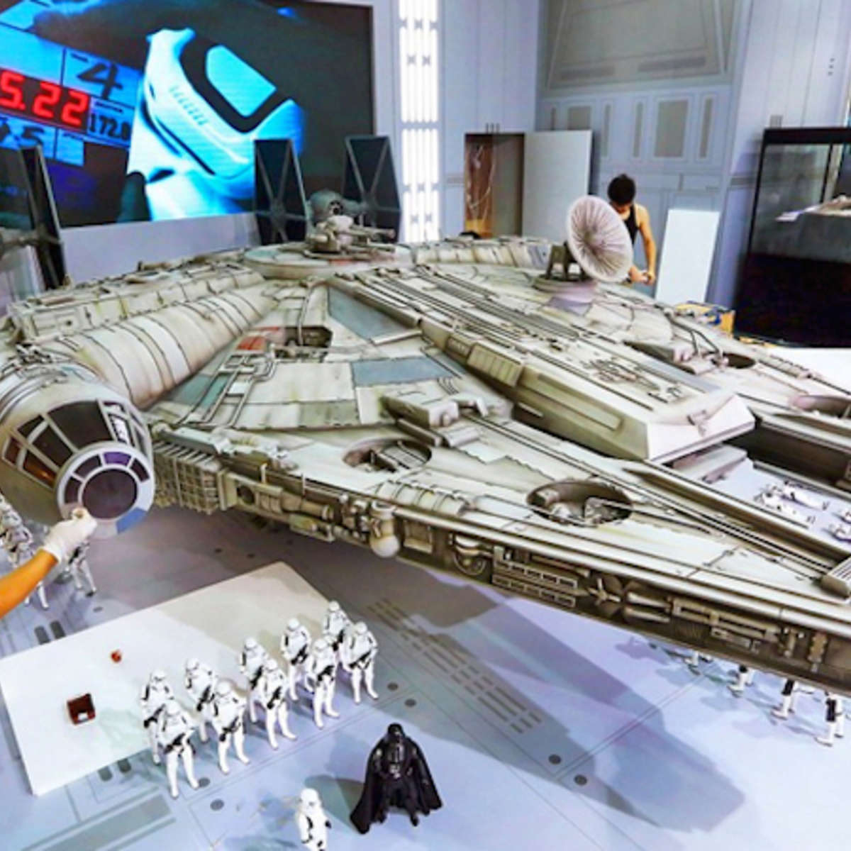 new-photos-of-hot-toys-massive-18-foot-long-millennium-falcon_1.jpg