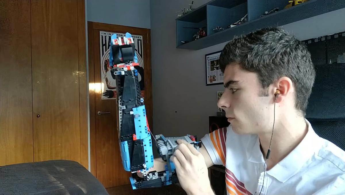 david aguilar LEGO prosthetic arm 2