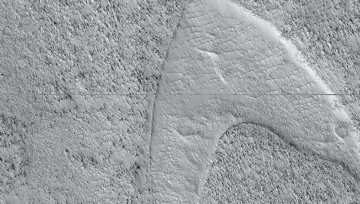 Starfleet's famous image replicated by mysterious Martian dunes