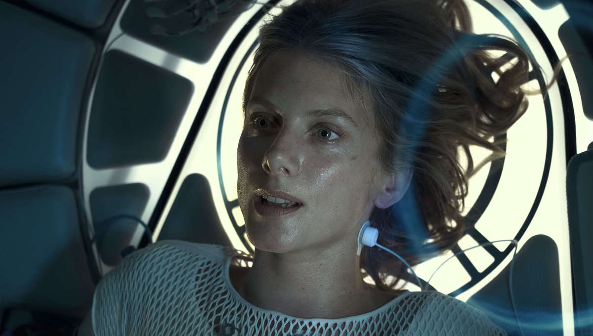 Oxygen trailer hooks Melanie Laurent up to deadly life support