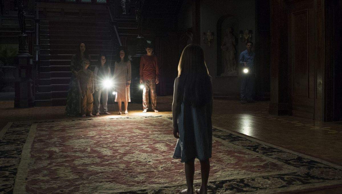 Adult And Kid Casts Come Together In Behind The Scenes Look At The Haunting Of Hill House Syfy Wire