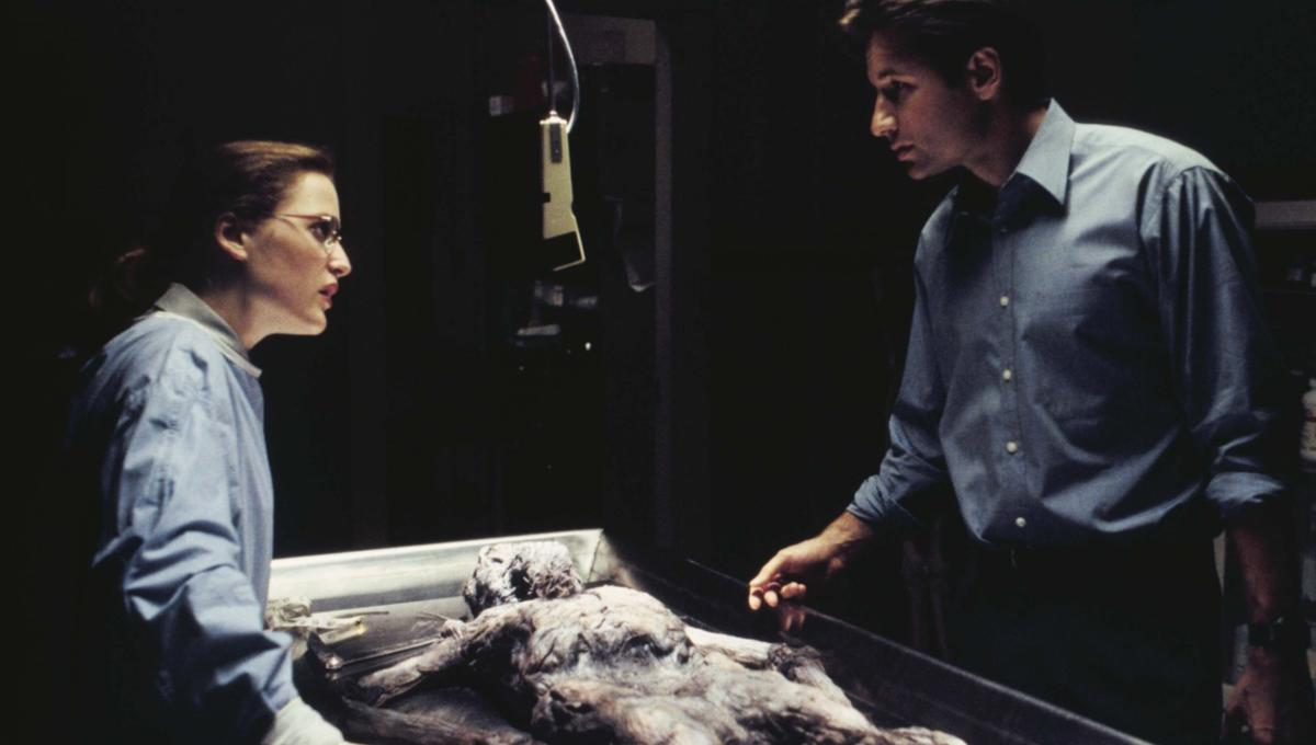 Scully_Mulder_Ray_Soames_Autopsy_The_X-Files_Pilot.png