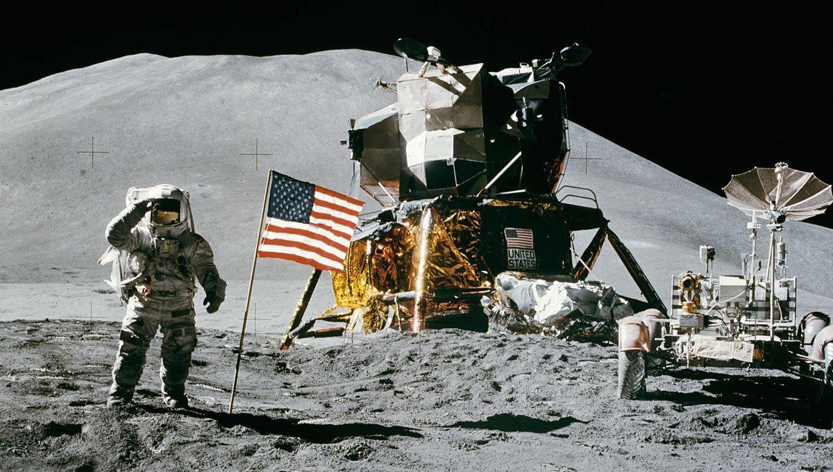 Apollo_15_flag,_rover,_LM,_Irwin.jpg