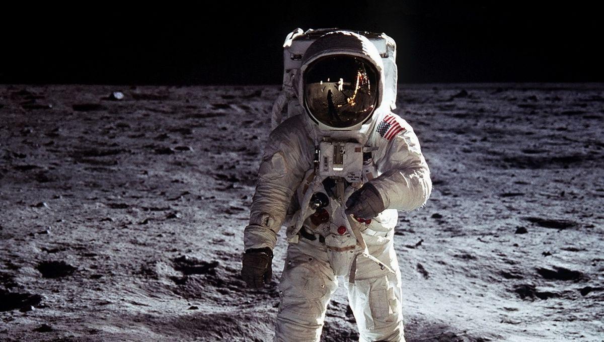 astronaut-outer-space-moon-nasa-astronauts-free-208100.jpg