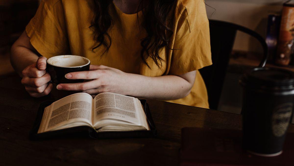 woman-reading-in-coffee-shop