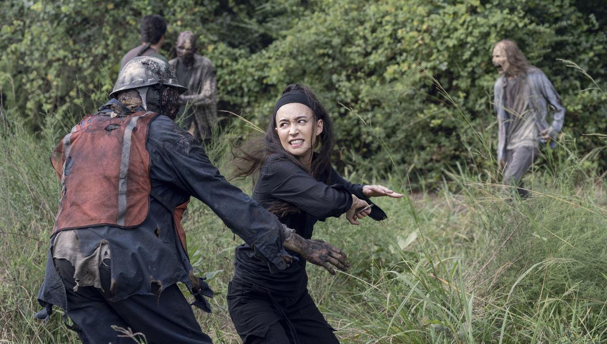 The Walking Dead episode 1008 - Rosita fighting zombies