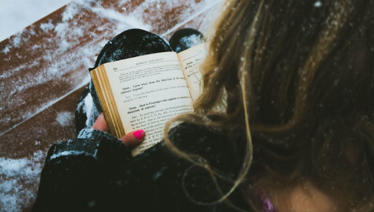 woman-reading-in-snow
