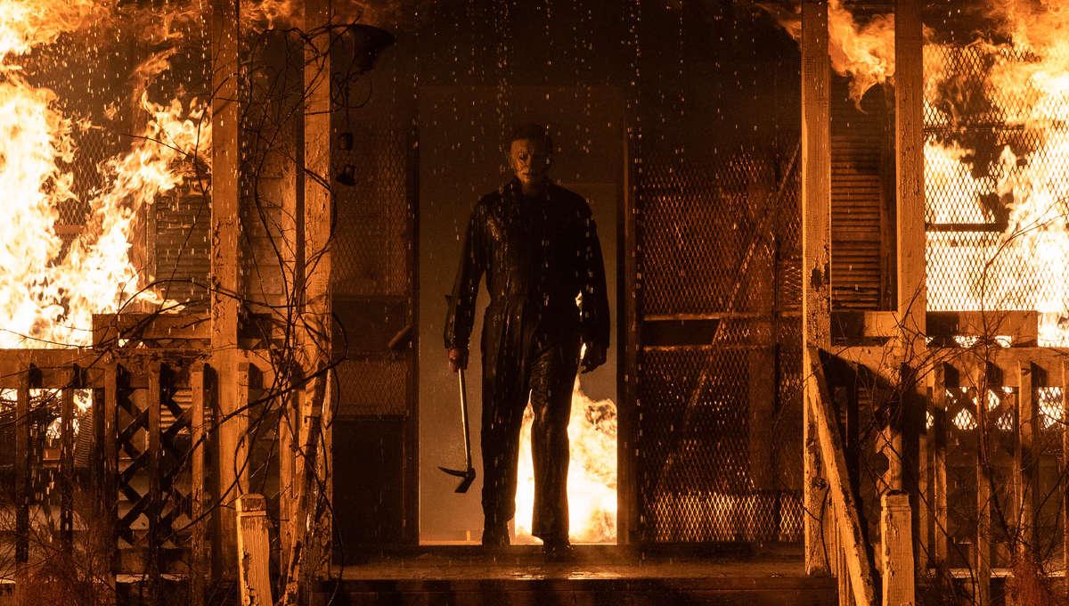 Halloween Kills - Michael and a burning house