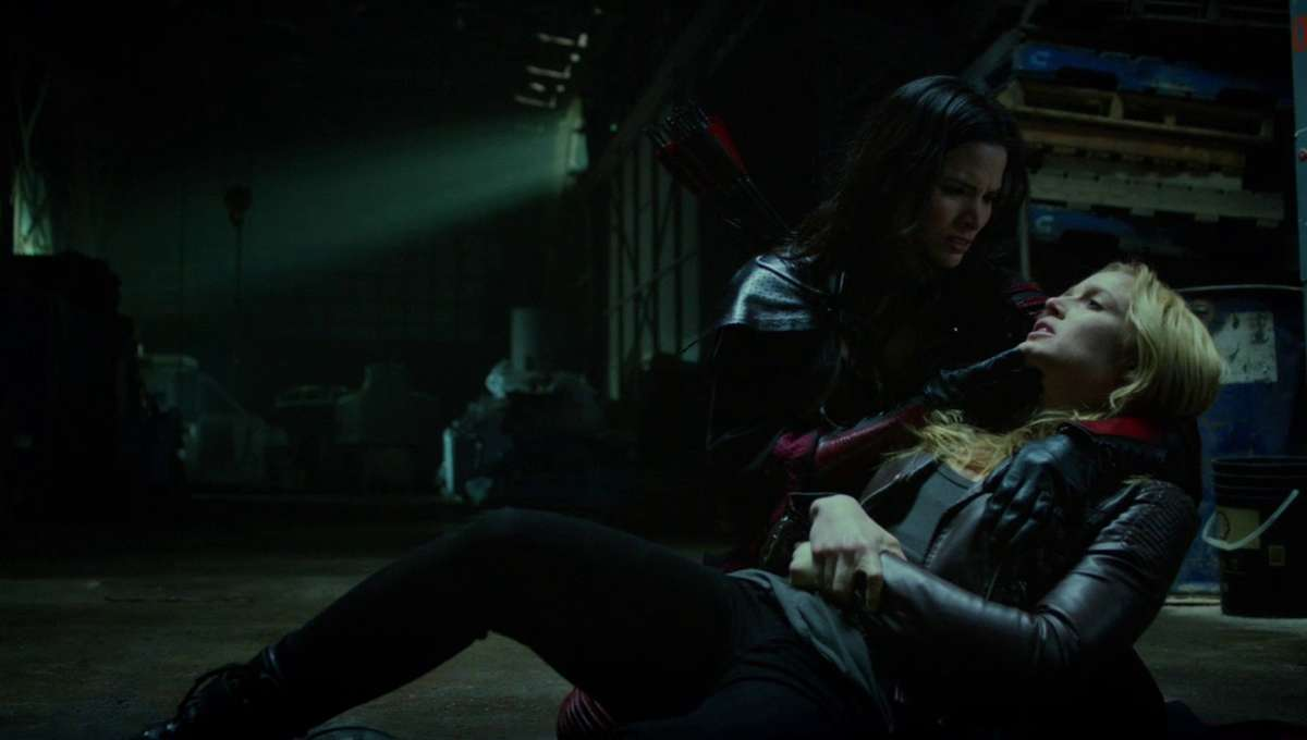 Nyssa_al_Ghul_holds_a_poisoned_Sara_Lance.png