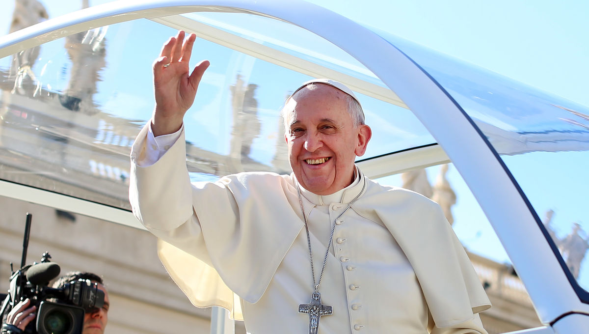 469349727-pope-francis-waves-to-engaged-couples-from-all-over-the_0.jpg