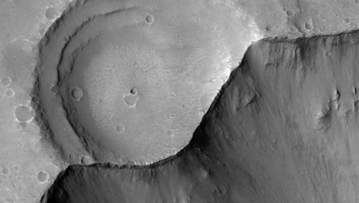 hirise_gangeschasma_crater_354_0.jpg