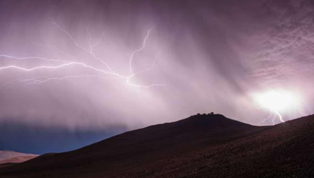 paranal_lightning.jpg.CROP.rectangle-large_0.jpg
