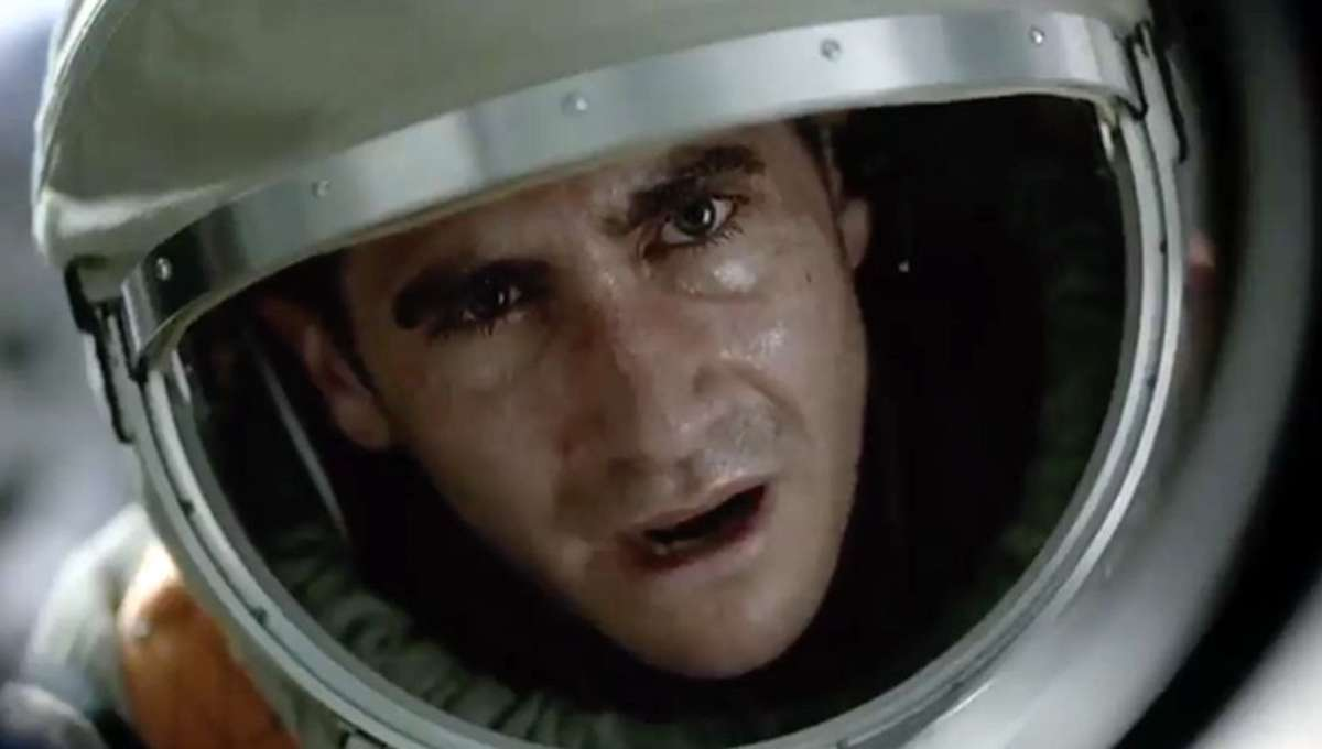 Jake-Gyllenhaal-Ryan-Reynolds-Are-Under-Attack-in-Super-Bowl-Spot-for-Life4.jpg