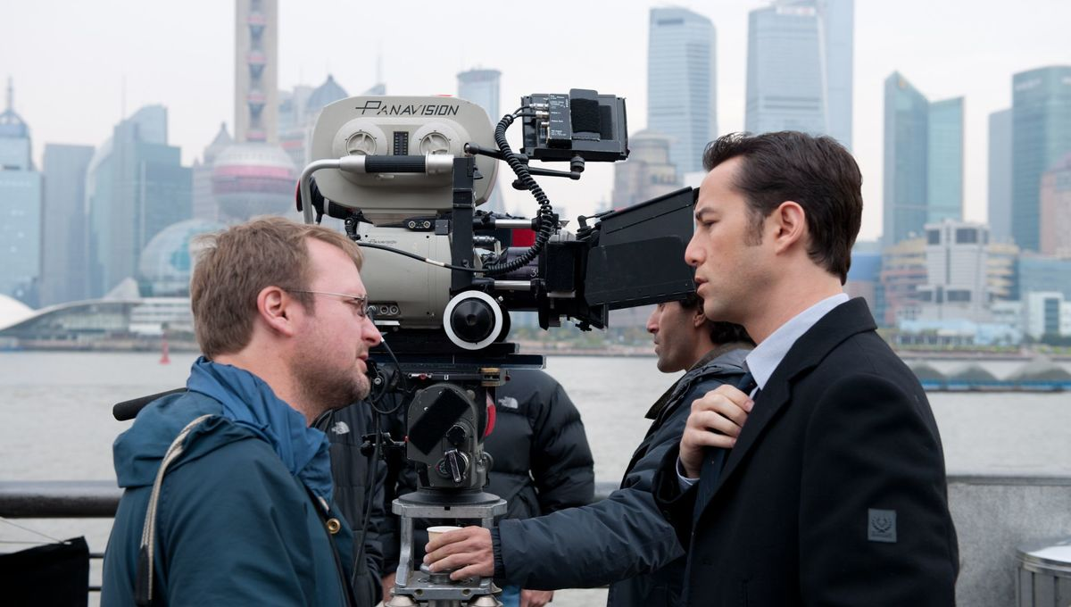 looper-movie-image-rian-johnson-joseph-gordon-levitt-set-photo_0.jpg
