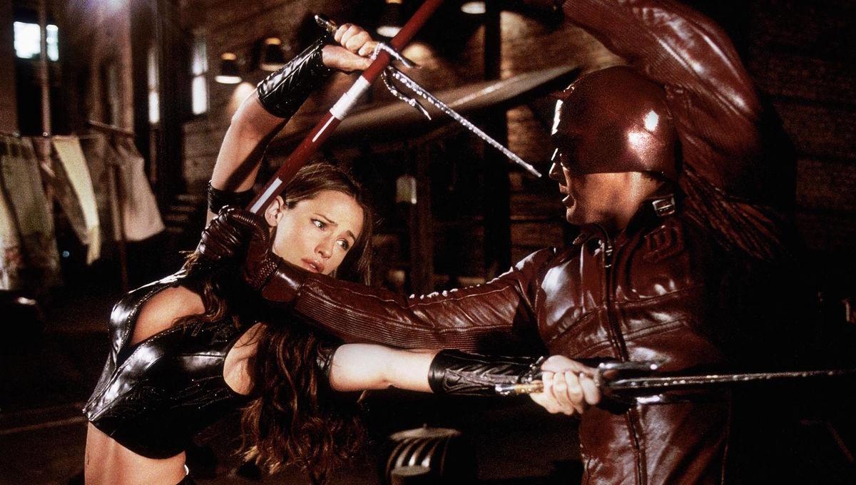 still-of-ben-affleck-and-jennifer-garner-in-daredevil-(2003)-large-picture.jpg