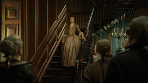 Outlander 411, Brianna on stairs