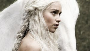 Game-of-Thrones-Emilia-Clarke-with-horse-white-hair_1280x1024.jpg