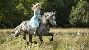 Lily-James-rides-a-horse-in-Cinderella.jpg
