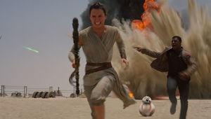 Star-Wars-Force-Awakens-Rey-Finn-BB8-running.jpg