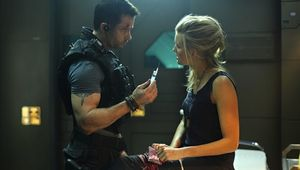 Guy-Pearce-Maggie-Grace-Lockout.jpg