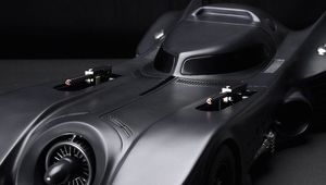 tim-burtons-batman-batmobile-model-with-pop-up-machine-guns_0.jpg