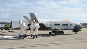 x37b-space-plane-landing-runway-4-oct17-2014-1.JPG