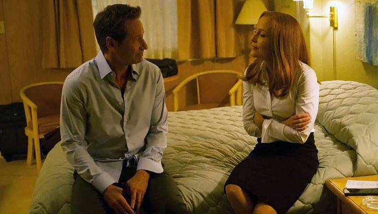 x_files_mulder_scully_bed_hero_01.jpg